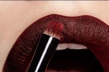 Yuk, Intip 5 Inspirasi Lipstik Berwarna Gelap Pada Runway Backstage Ini