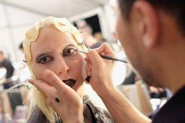 Inspirasi Dark Makeup dari Marc Jacobs dan Lady Gaga Fall/Winter 2016
