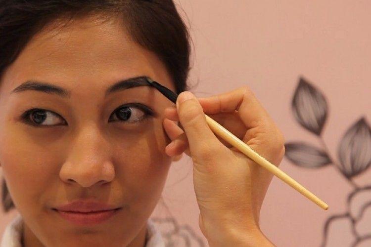 Video Tutorial Membingkai Alis yang Sesuai dengan Bentuk Wajah Bersama Benefit Cosmetics