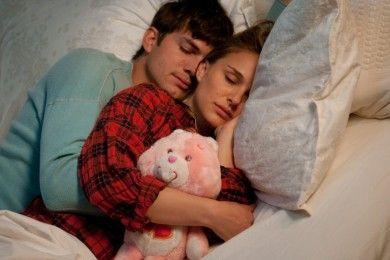 Bikin si Dia Selalu Merindukanmu dengan 5 Posisi Tidur Ini
