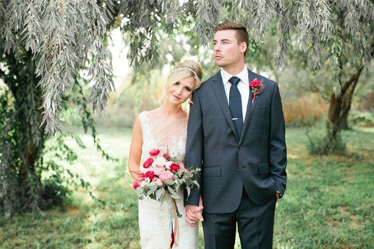 Biar Nggak Kaku, Ini 13 Pose Foto Pernikahan yang Bisa Ditiru