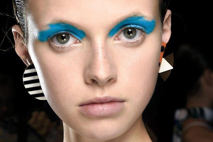 Tren Aquamarine Eyeliner Untuk Tampilan Eclectic yang Chic