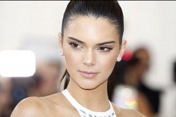 Mix N Match Sneakers a la Kendall Jenner Yang Bisa Kamu Contek