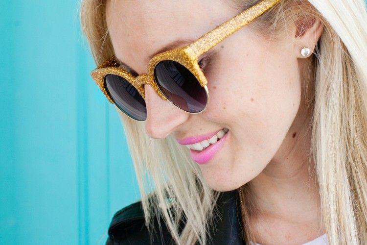 Sulap Sunglasses Lamamu Menjadi Lebih Keren dengan DIY Glitter Glasses