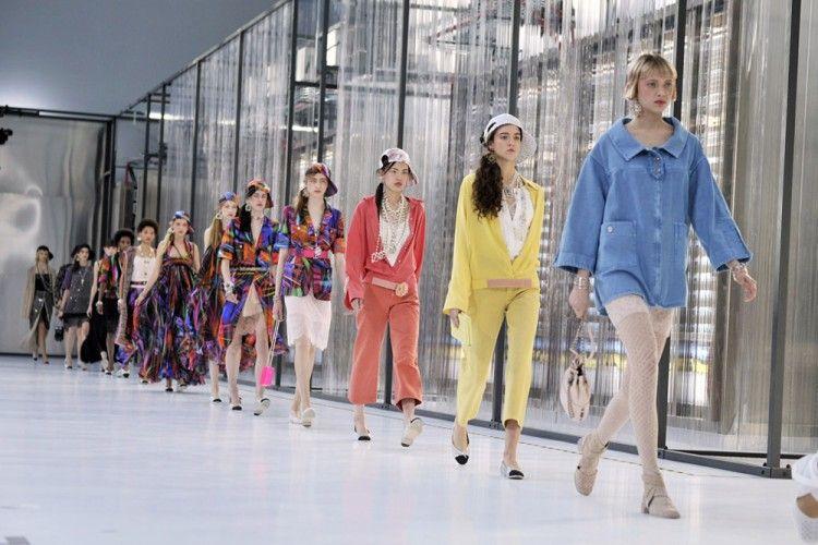 "Koleksi Terbaru dari Chanel SS17 Bertema ""High Technology"""