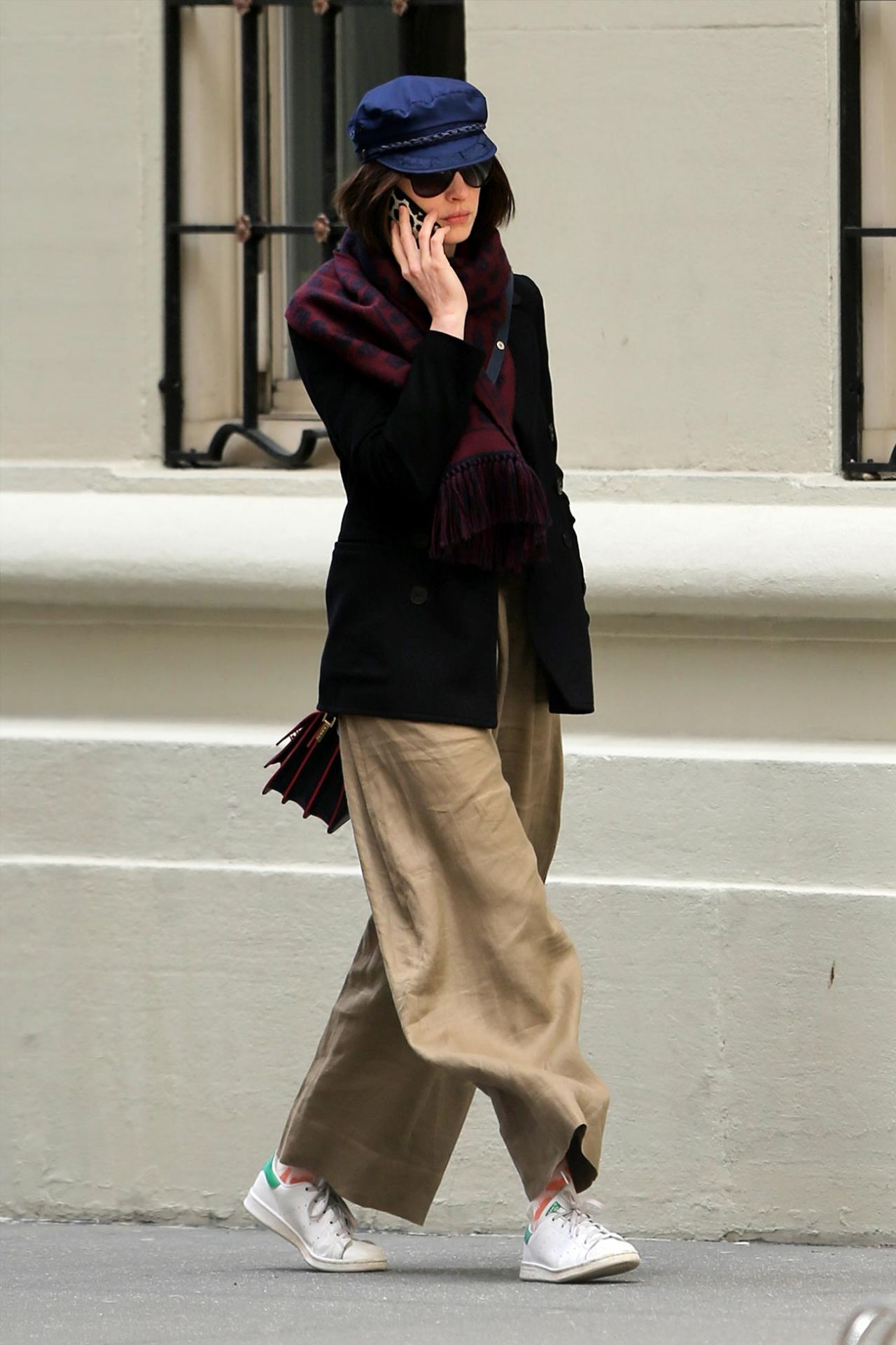 Kamu Suka Gaya Basic? Lihat 4 Tips Style Andalan dari Anne Hathaway