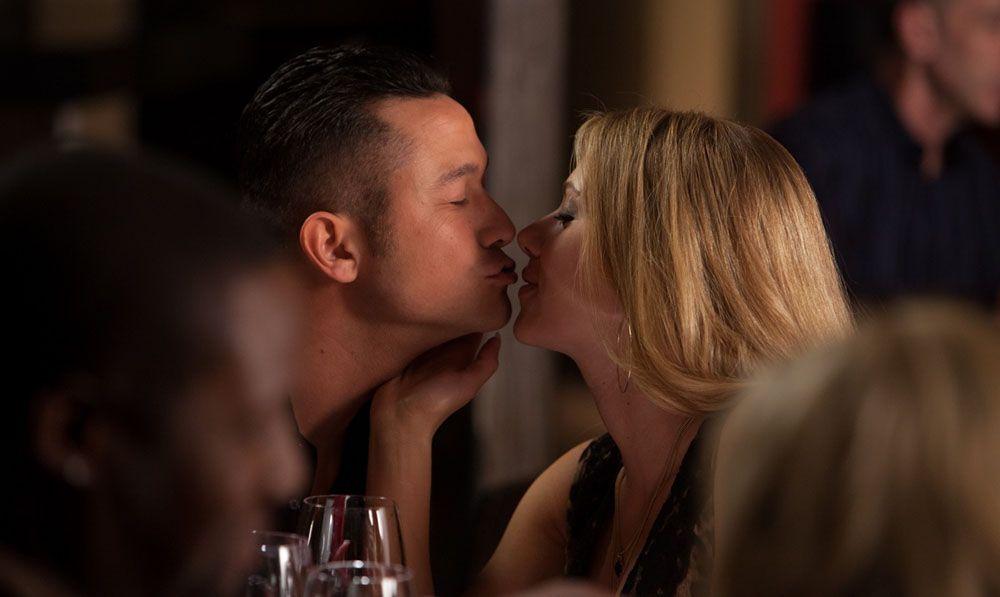 5 Tanda Dia Tergila-gila dengan Ciuman Seksimu