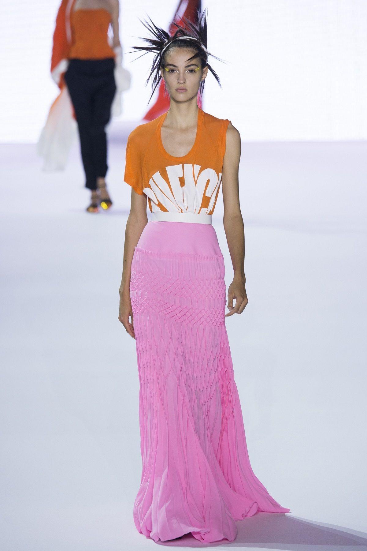 Cuma Modal T-shirt, Gaya Kamu Bisa Makin Edgy ala Koleksi Desainer Terbaru