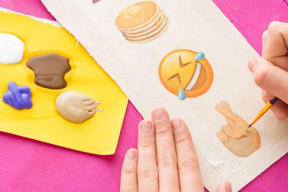 DIY Membuat Topi Lama Kamu Menjadi Topi dengan Patch Emoji yang Super Keren