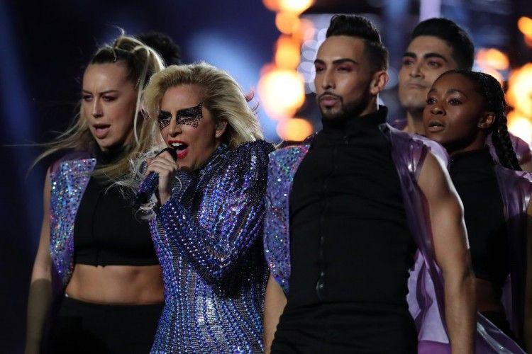 Nggak Cuma Kostum, Lady Gaga Ganti Makeup Di Tengah Pertunjukkan Superbowl