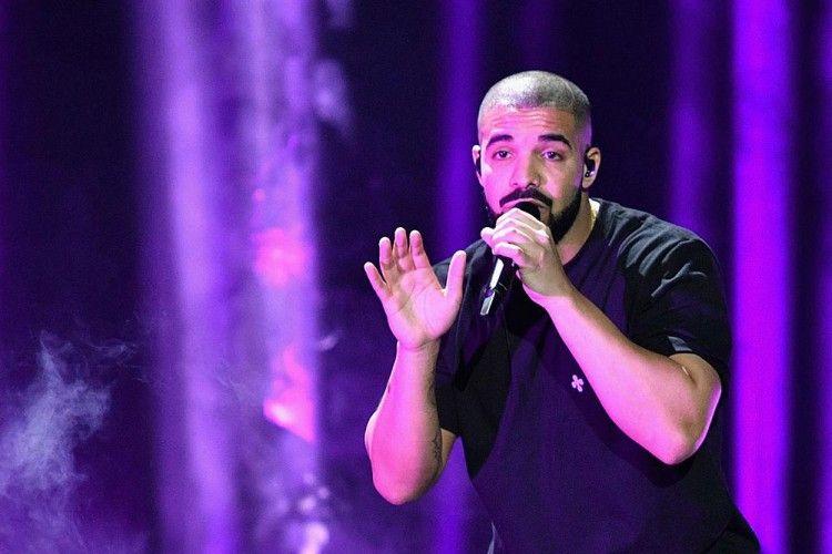 Suruh Fans Melepas Scarf-nya, Drake Dinilai Tidak Toleran?