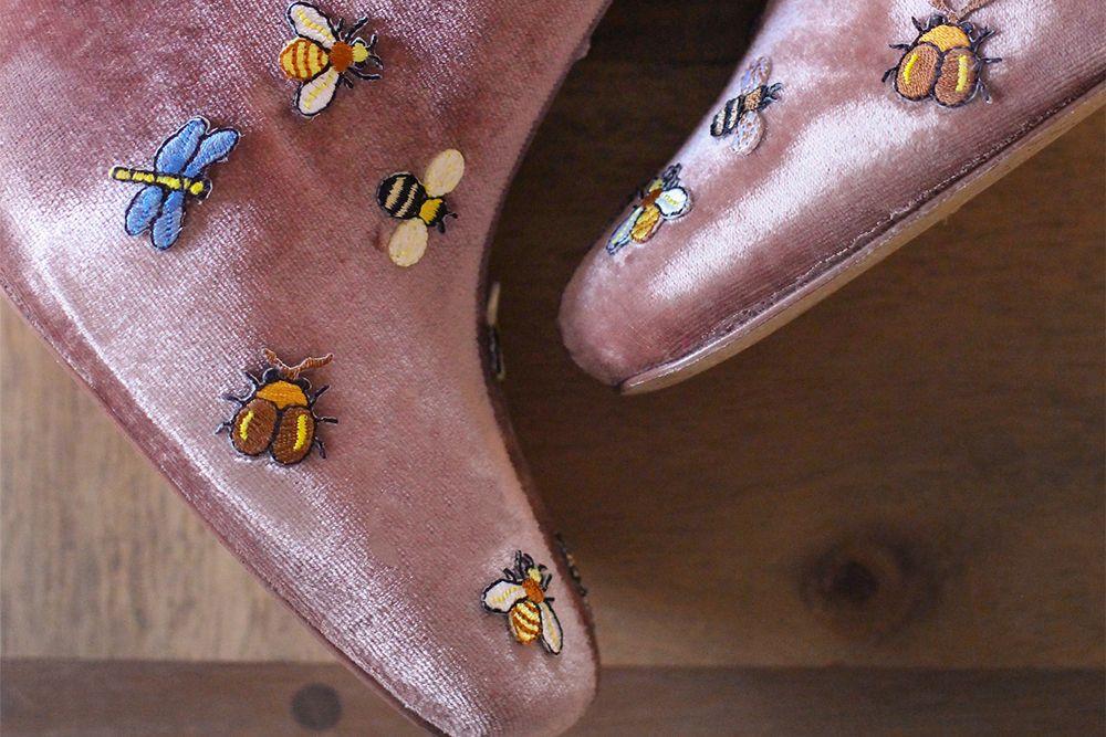 DIY Sepatu Boots dengan Patch Lebah Bikin Penampilanmu Lebih Edgy