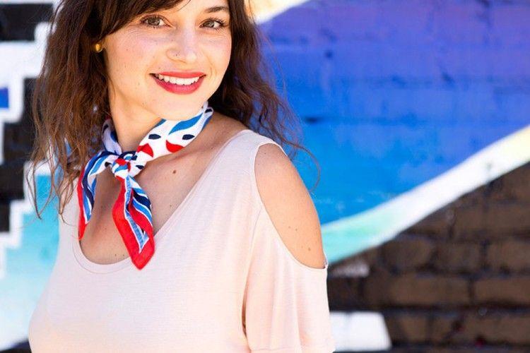 DIY Membuat Atasan Cold-Shoulder untuk Penampilan Lebih Chic Hanya 10 Menit