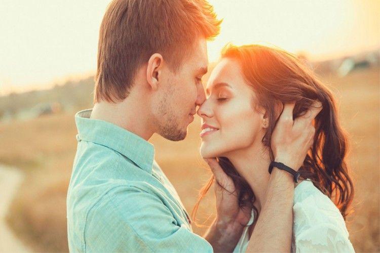 4 Alasan Memejamkan Mata Saat Berciuman dengan Pasangan