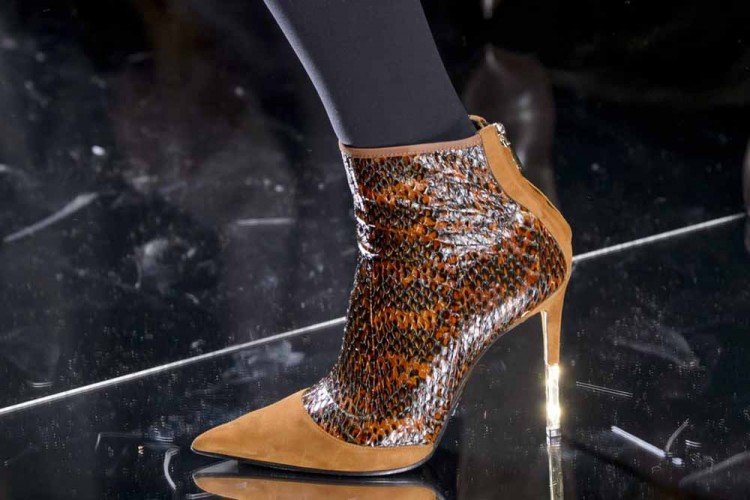 Koleksi Sepatu Paling Chic Di Paris Fashion Week Fall 2017 4bc669fab7