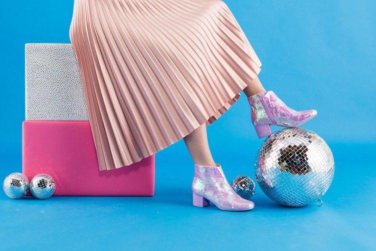DIY Membuat Sepatu Boots Hologram untuk Tampil Lebih Kece