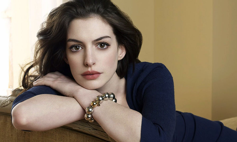 Hindari Stres, Begini Cara Elegan Anne Hathaway Menanggapi Haters