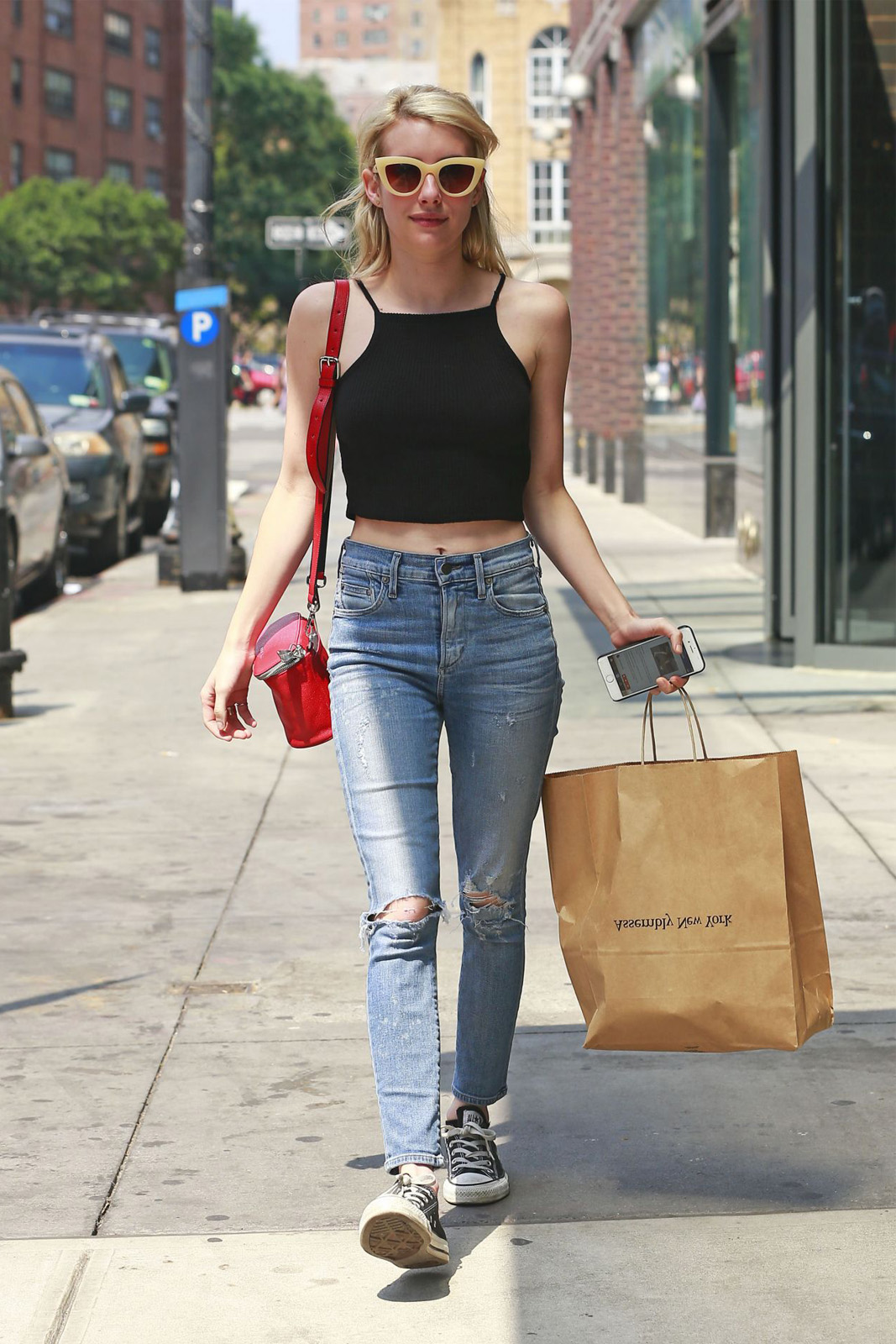 Anti-Ribet! Ini Tips Bergaya Kasual dari Emma Roberts