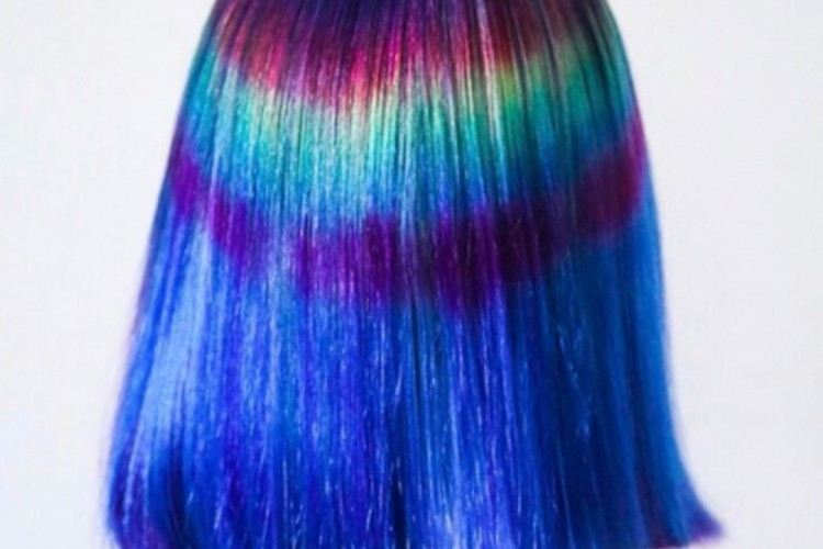 Penata Rambut Ini jadi Sensasi Media Sosial Berkat Teknik Pewarnaan Rambut yang Unik