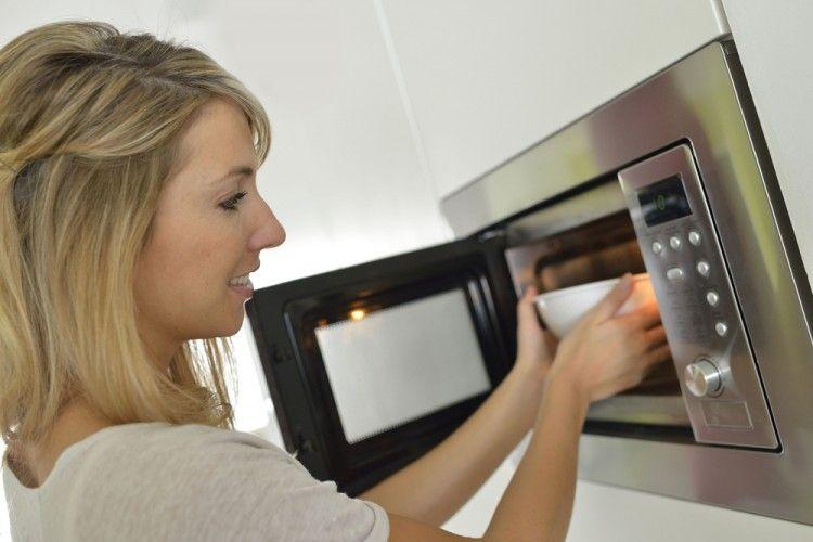 Tahukah Kamu? Memanaskan Makanan dan Minuman Ini di Microwave Justru Bikin Lebih Sehat