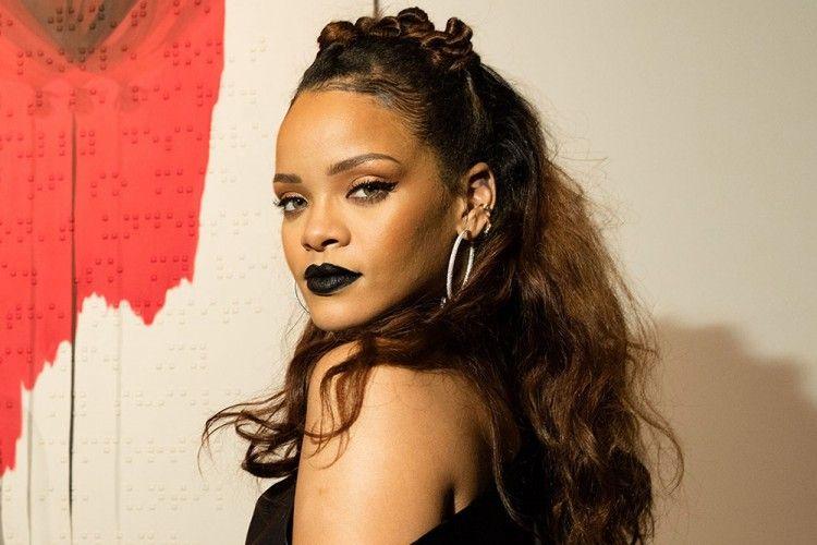 Unik dan Edgy! Ini 7 Gaya Rihanna yang Bisa Kamu Contek