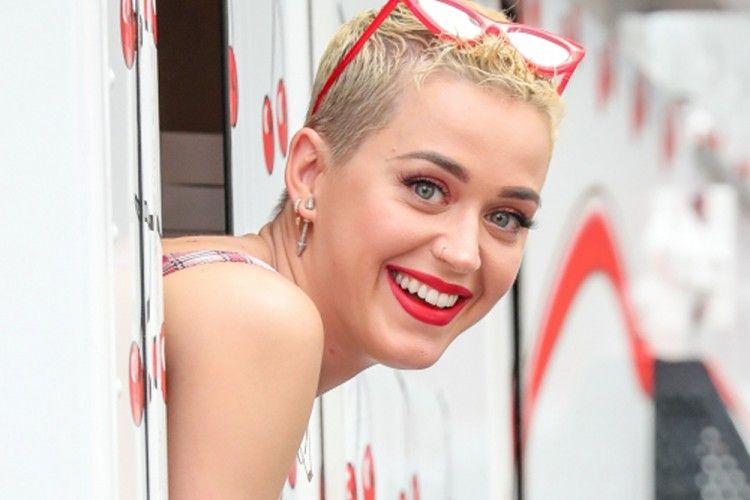 Katy Perry Bandingkan Warna Rambutnya dengan Obama