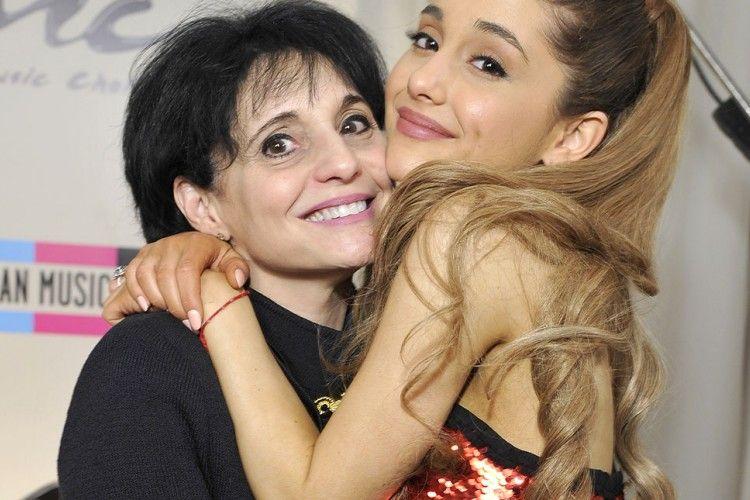 Kenang Tragedi Bom, Ibu Ariana Grande Tulis Pesan Menyentuh