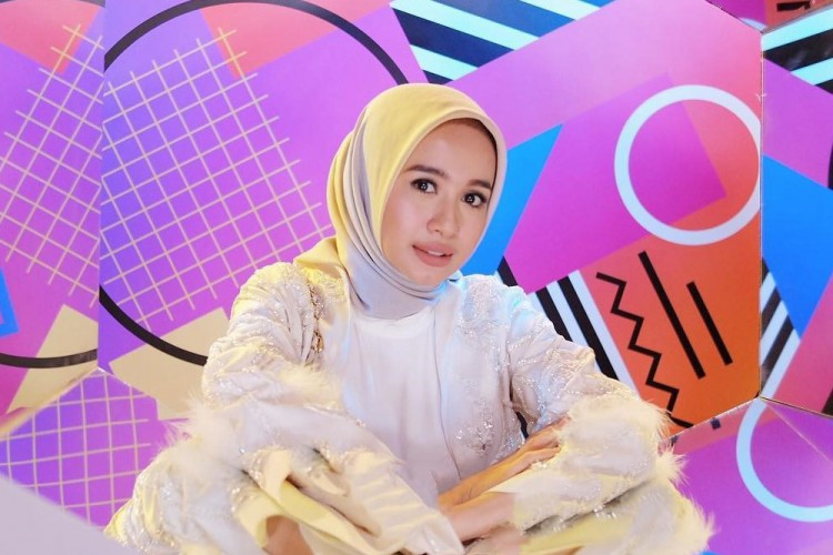 Gaya Hijab Minimalis Chic a la Laudya Cynthia Bella