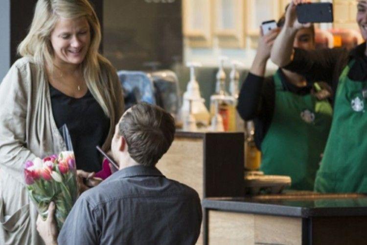 Mengharukan, Pria Ini Lamar Kekasihnya di Starbucks