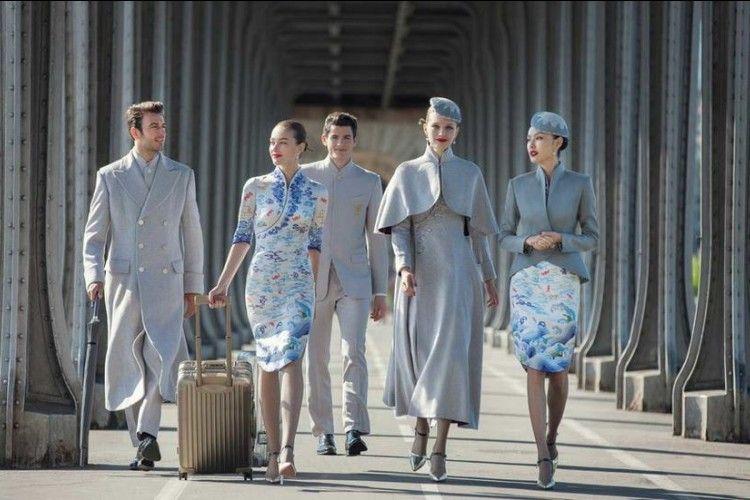 Luar Biasa! Para Pramugari Ini Kenakan Seragam Couture Saat Bertugas