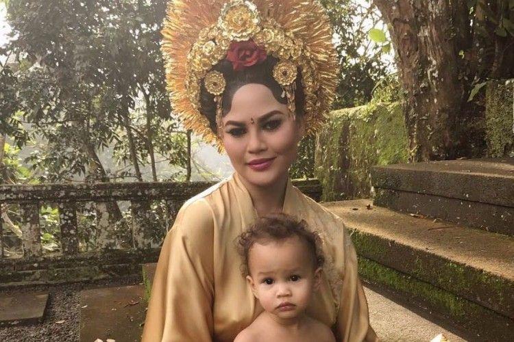 Biasa Jadi Model Seksi, Istri John Legend Kini Coba Pakaian Adat Bali
