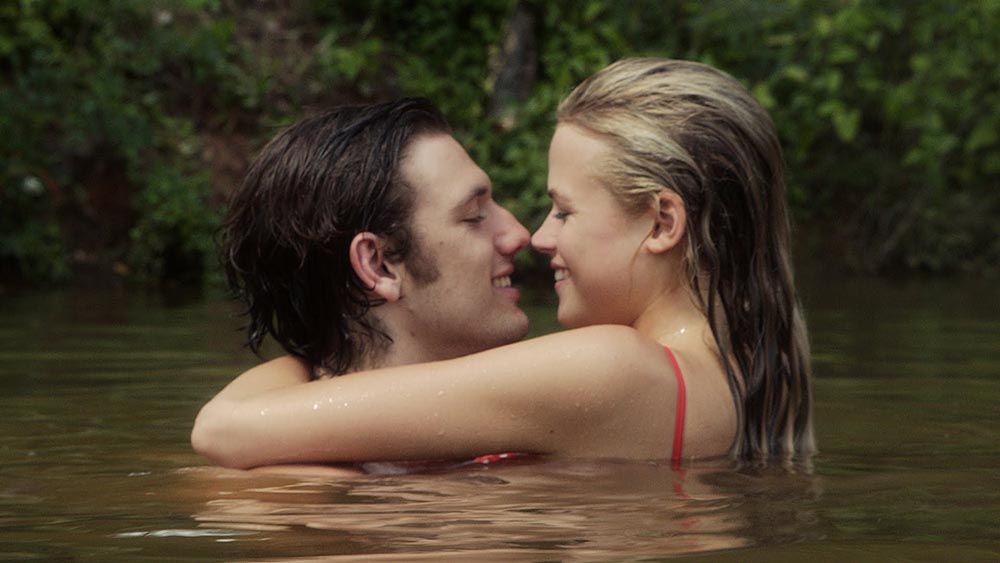 Buat Pasangan Terkesan dengan 5 Teknik Ciuman Ini