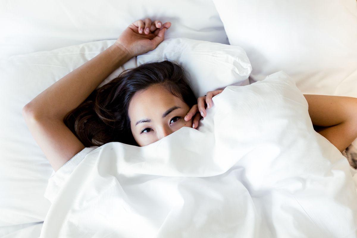5 Hal Buruk yang Terjadi Jika Lupa Bersihkan Wajah Sebelum Tidur
