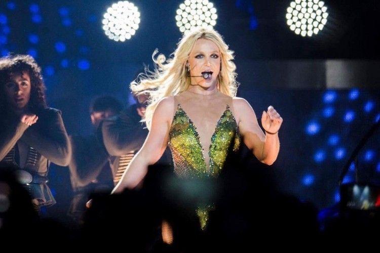 Sedang Konser, Penari Latar Britney Spears Tangkap Penyusup di Atas Panggung