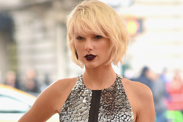 Intip Tips Mix N Match Kemeja a la Taylor Swift Ini Yuk!