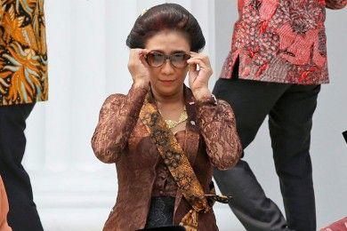 Paling Nyentrik, Begini Penampilan Menteri Susi Saat Tak Sadar Difoto