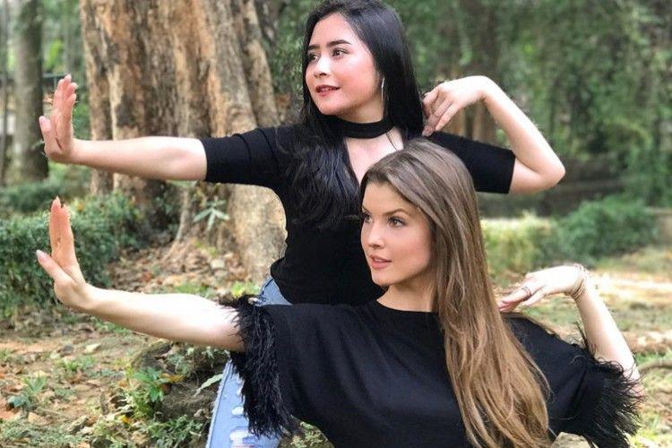 YouTubers Internasional ini Belajar Tari Tradisional Indonesia dengan Prilly Lantuconsina