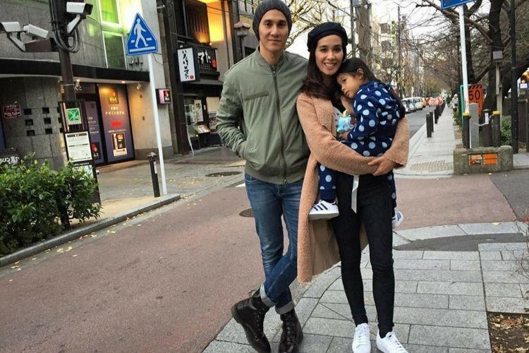 9 Foto Ini Buktikan Romantisnya Keluarga Vino G. Bastian dan Marsha Timothy