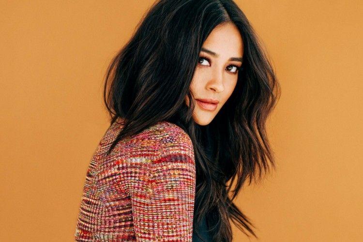 Intip Serunya Aktris Shay Mitchell Saat Beri Tips Makeup