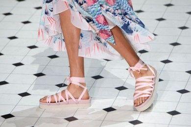 7 Sepatu Paling Cantik di London Fashion Week 2018