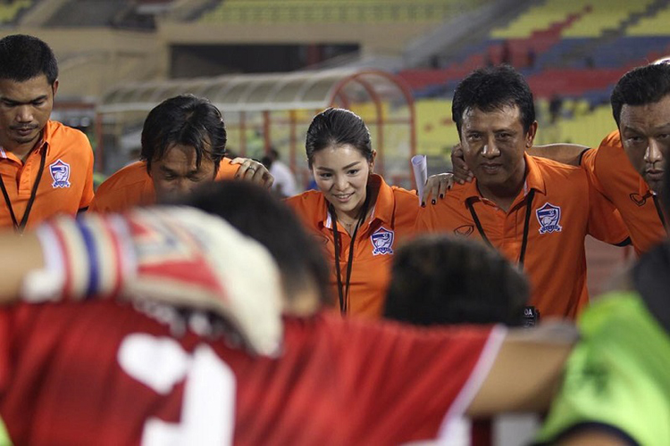 Manager Sepak Bola Cantik Asal Thailand yang Curi Perhatian Warganet