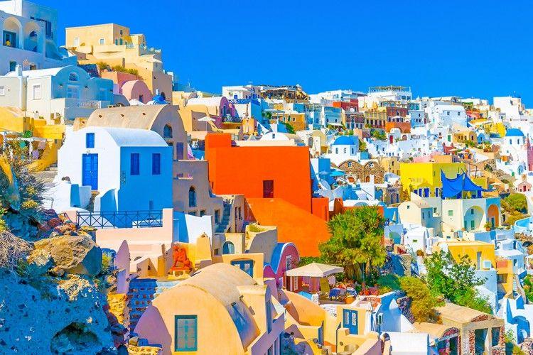 Menikmati Keindahan dari Tebing Warna-Warni di Santorini Yunani