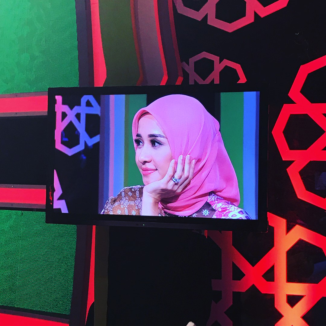 Tampil di Acara TV Malaysia, Laudya Cynthia Bella Cantik Pakai Batik