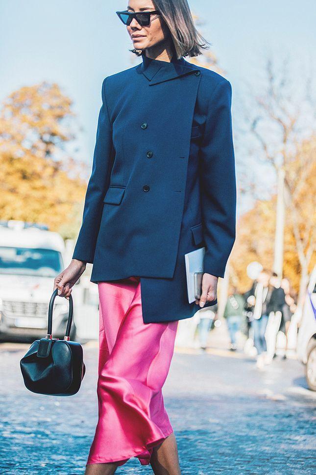 Pakai Busana Pink, Ini 5 Tips Tampil Manis Untuk ke Kantor