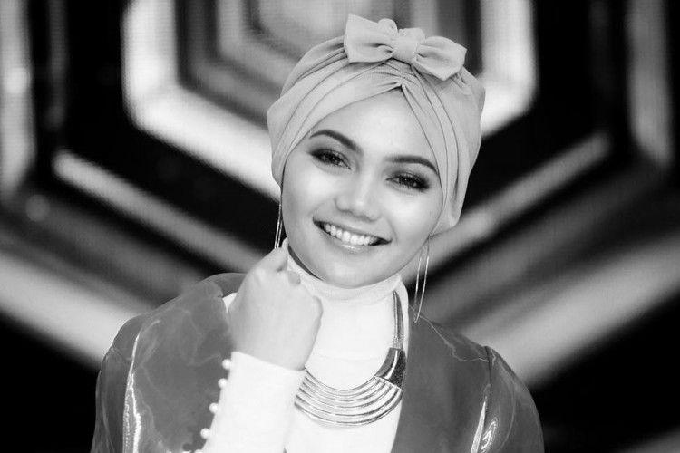 Rina Nose Lepas Hijab, Begini Tanggapan Para Netizen!