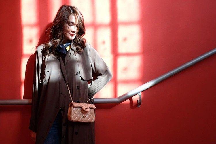 #PopbelaOOTD: Long Coat jadi Fashion Item Wajib Kala Musim Hujan
