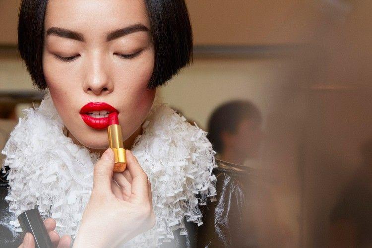 Bentuk  Ujung Lipstik Ternyata Bisa Menggambarkan Kepribadianmu Lho!