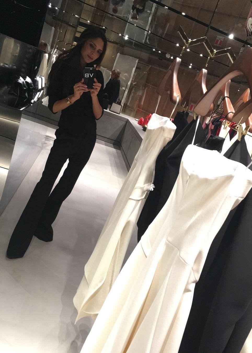 Suka Mirror Selfie? Tiru Gaya Modis Victoria Beckham Ini