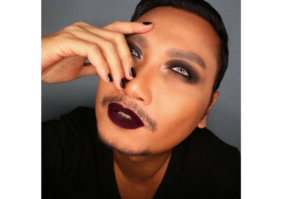 Para Make Up Artist Cowok Ini Skill Make Up-nya  Bikin Cewek Iri!