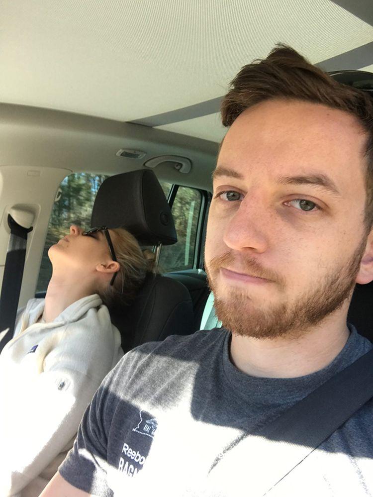 Iseng Banget, Pria Ini Abadikan Momen Lucu Istrinya Saat Tertidur Pulas